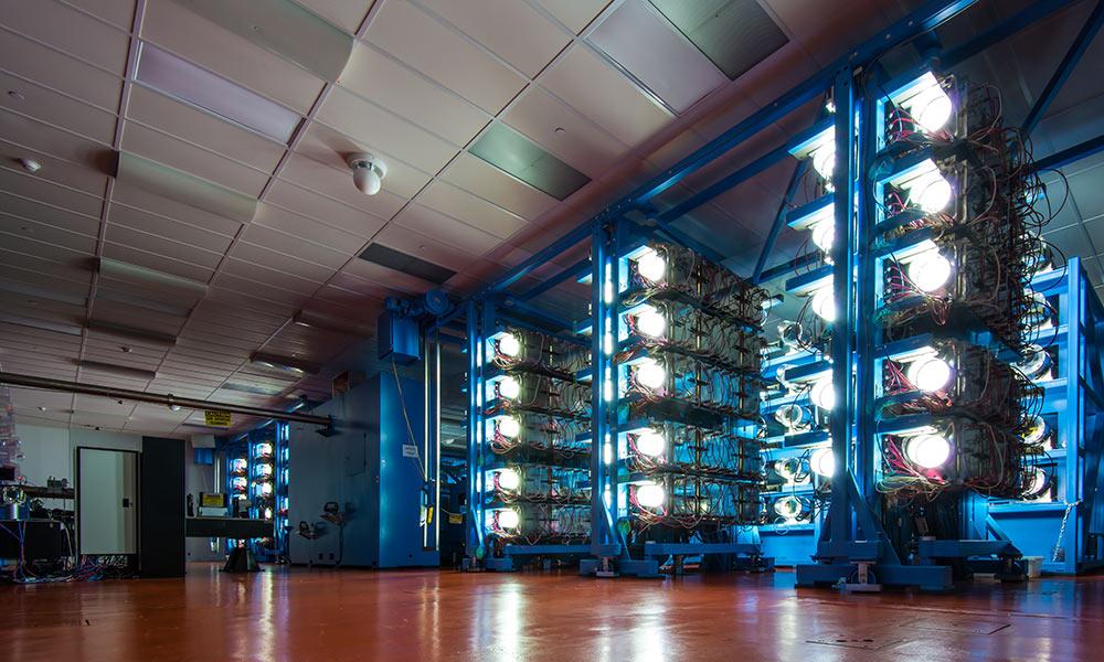 Дисковые усилители лазера Омеги в университете Рочестера в лаборатории лазерной энергетики. (Фото: Adam Fenster / Университет Рочестера)