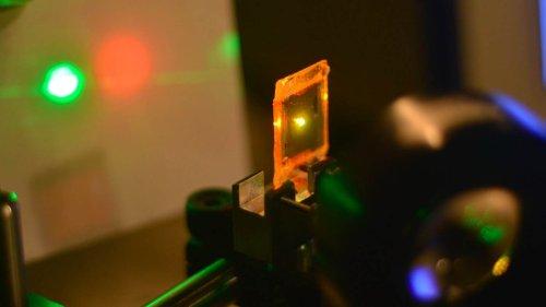 Создан первый в своем роде «резиновый» лазер на основе жидкокристаллического эластомера