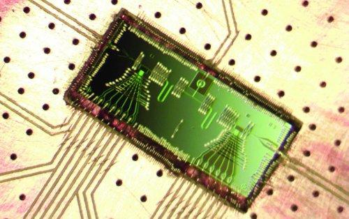 Создан лазер, размером с рисовое зерно, накачка которого производится единичными электронами