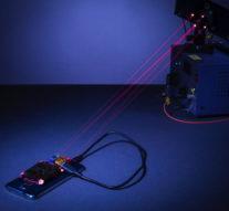 Смартфон научились заряжать по воздуху лазером
