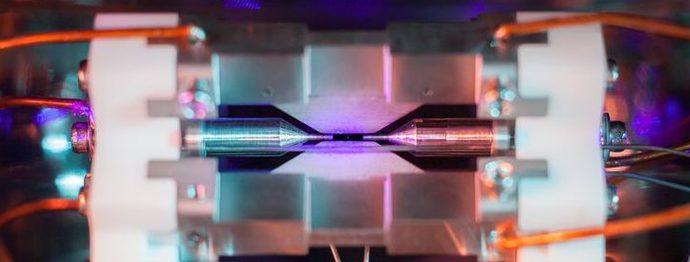 Атом стронция подсветили сине-фиолетовым лазером.