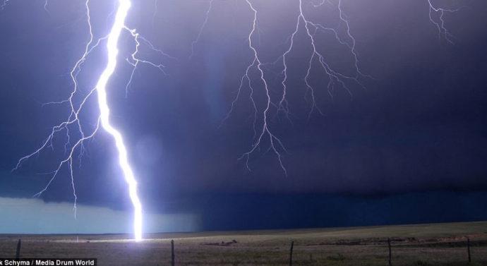 Учёные научились провоцировать молнии лазерными разрядами