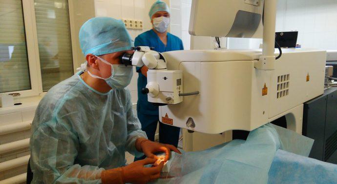 Алтайские врачи лечат катаракту по новой технологии