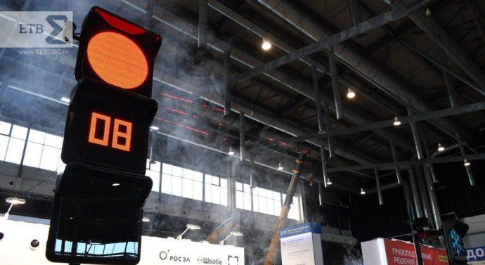 Губернатору показали умный светофор корпорации «Ростех» на Форуме 100+