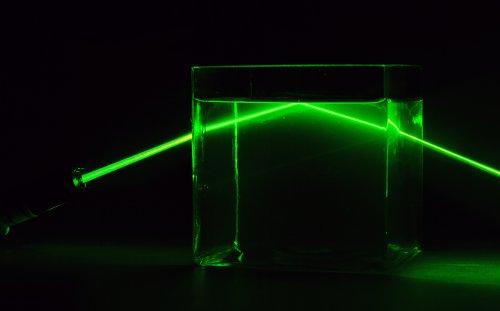 Бактериальное «оптическое волокно» позволит свету лазера проходить сквозь мутную воду