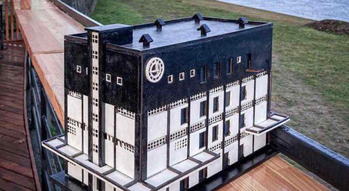 Модель старинного склада создали школьники Советска на лазерном станке