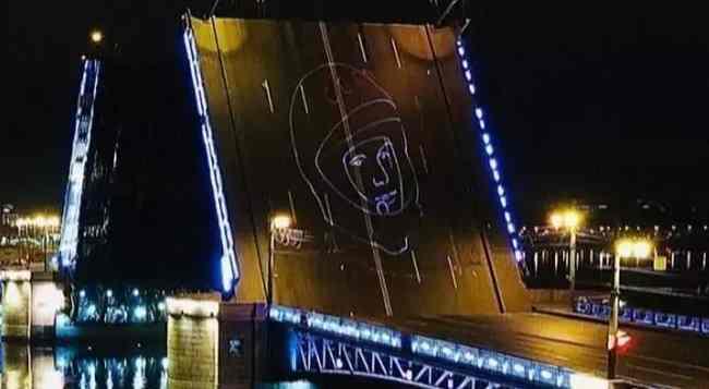 Лазерная проекция портрета Юрия Гагарина появилась на Дворцовом мосту в честь Дня космонавтики 12 апреля