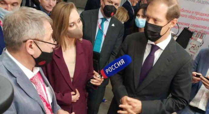 Министр промышленности и торговли РФ Мантуров Д.В. посетил стенд «Лазерного Центра» на выставке ИННОПРОМ-2021